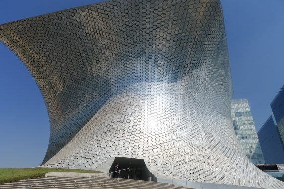 Museo  Soumaya coming in for a landing.